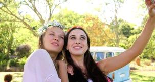Deux amis de hippie prenant un selfie ensemble banque de vidéos