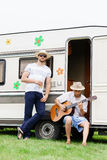 Deux amis de hippie refroidissant dehors Photographie stock libre de droits