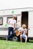 Deux amis de hippie refroidissant dehors Image libre de droits