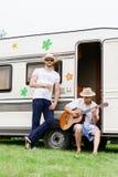 Deux amis de hippie refroidissant dehors Images libres de droits