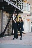 Deux amis de jeunes femmes marchant sur une rue Photo stock