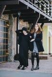 Deux amis de jeunes femmes marchant sur une rue Photo libre de droits