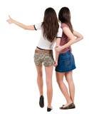 Deux amis de jeunes femmes montrant des pouces vers le haut Image libre de droits