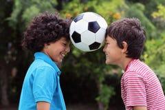 Deux amis de métis avec du ballon de football Images libres de droits