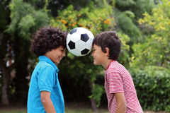 Deux amis de métis avec du ballon de football Images stock