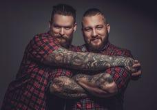 Deux amis de sourire avec des barbes et des tatouages Images stock