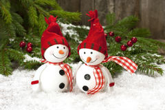 Deux amis de sourire de bonhommes de neige dans la neige Photo libre de droits
