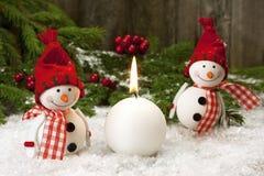 Deux amis de sourire de bonhommes de neige dans la neige Image libre de droits