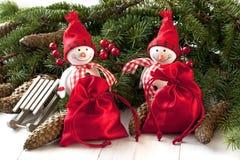 Deux amis de sourire de bonhommes de neige sur le sapin Photos libres de droits