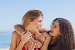 Deux amis de sourire s'étreignant Photos stock