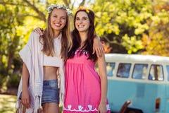 Deux amis de sourire se tenant ensemble Image libre de droits