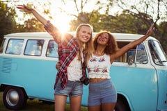 Deux amis de sourire se tenant ensemble Images libres de droits