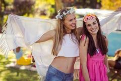 Deux amis de sourire se tenant ensemble Photographie stock