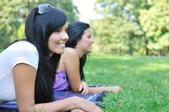 Deux amis de sourire se trouvant à l'extérieur Image stock