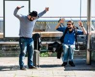 Deux amis deviennent fous en raison du retard d'autobus Photographie stock