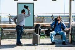 Deux amis deviennent fous en raison du retard d'autobus Photo stock
