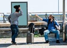 Deux amis deviennent fous en raison du retard d'autobus Images libres de droits