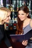 Deux amis examinent le menu Images stock