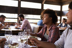 Deux amis féminins à un ½ de ¿ de girlsï déjeunent dans un restaurant occupé Photos libres de droits