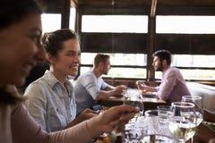 Deux amis féminins à un ½ de ¿ de girlsï déjeunent dans un restaurant occupé Images stock