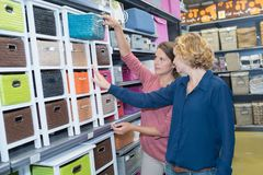 Deux amis féminins achetant au magasin Photos libres de droits