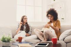 Deux amis féminins apprenant à la maison Photo libre de droits