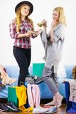 Deux amis féminins après l'achat Photo stock