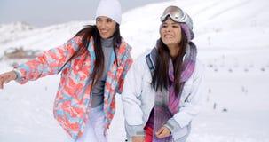 Deux amis féminins assez jeunes à une station de sports d'hiver Photos libres de droits