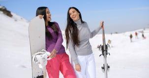 Deux amis féminins attirants à une station de sports d'hiver Photographie stock libre de droits