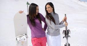 Deux amis féminins attirants à une station de sports d'hiver Photos libres de droits
