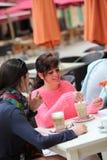Deux amis féminins attirants buvant du cappuccino Image libre de droits