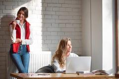 Deux amis féminins au café Photographie stock