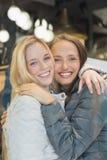 Deux amis féminins avec l'hiver vêtx le sourire à l'appareil-photo photographie stock libre de droits