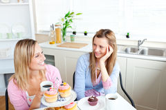Deux amis féminins avec plaisir mangeant des pâtisseries Images stock
