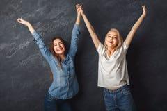 Deux amis féminins ayant l'amusement au fond de studio Photographie stock libre de droits