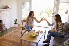 Deux amis féminins ayant une vie sociale ensemble à la maison Photos libres de droits