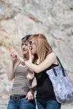 Deux amis féminins, causant comme ils marchent Images stock