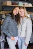 Deux amis féminins de sourire en hiver vêtx regarder l'appareil-photo photo stock