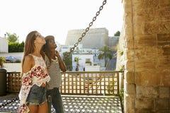 Deux amis féminins des vacances admirant un bâtiment, Ibiza Photographie stock libre de droits