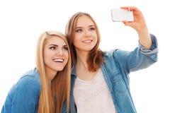 Deux amis féminins faisant un selfie Images libres de droits