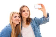 Deux amis féminins faisant un selfie Photos stock