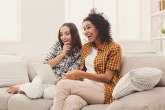 Deux amis féminins heureux à l'aide du comprimé Images libres de droits