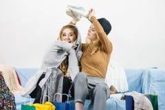 Deux amis féminins heureux après l'achat Image stock