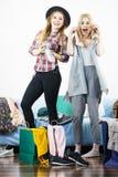 Deux amis féminins heureux après l'achat Photo libre de droits
