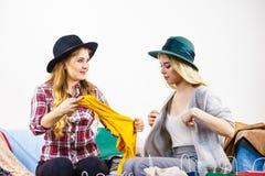 Deux amis féminins heureux après l'achat Images stock