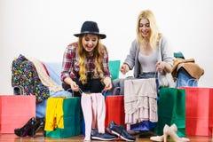 Deux amis féminins heureux après l'achat Photos stock