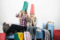 Deux amis féminins heureux après l'achat Image libre de droits