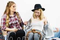 Deux amis féminins heureux après l'achat Photographie stock libre de droits