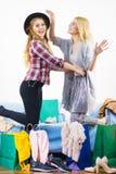 Deux amis féminins heureux après l'achat Photographie stock