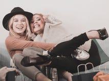 Deux amis féminins heureux après l'achat Photo stock